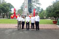 Dâng hương tưởng niệm các anh hùng liệt sĩ tại nghĩa trang liệt sĩ quận Thủ Đức